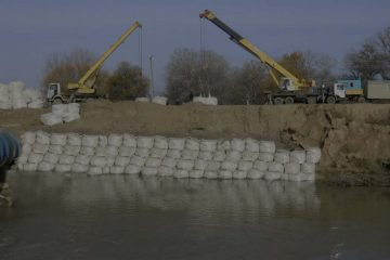 proses instalasi geobag untuk mencegah erosi oleh air